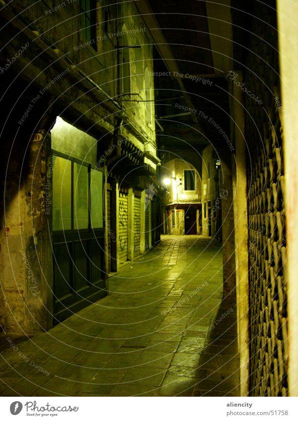 schmale, grüne Gasse Haus dunkel Wege & Pfade Tür Eingang eng Stadtzentrum Venedig Italien