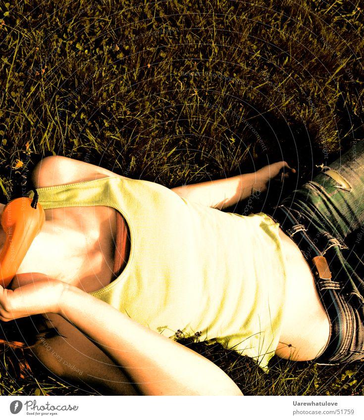 I always forget the time Frau Telefon hören Wiese Sommer Erholung genießen feminin Sehnsucht Lust Publikum grass Haut liegen Körper Glück Freude Telefongespräch