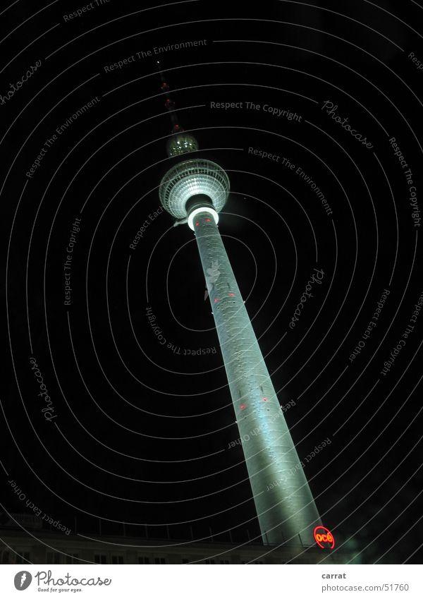 Der Schiefe Turm von Berlin Alexanderplatz Nacht dunkel Licht Berliner Fernsehturm alex hoch Kontrast