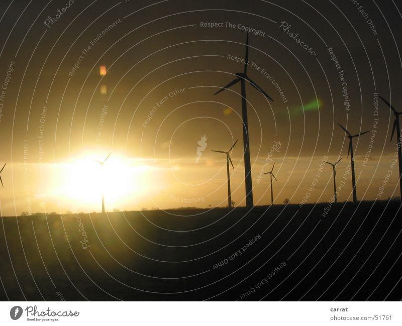 Don Quijote Sonnenuntergang Sonnenaufgang Autobahn Umwelt Mecklenburg-Vorpommern Windkraftanlage ökologisch Physik Licht Dämmerung Wärme hell