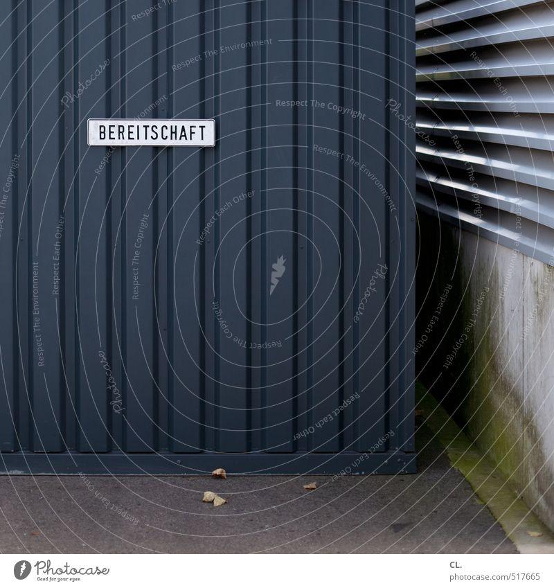 bereitschaft Menschenleer Industrieanlage Tor Gebäude Fassade Tür trist grau Schilder & Markierungen Mauer notdienst bereitschaftsdienst Notfall Polizei