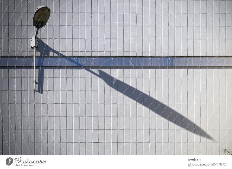 Schattenwachstum Mauer Wand trist blau grau Lampe Wandleuchte Fliesen u. Kacheln Pflanzenteile Stengel diagonal gerichtet Gedeckte Farben Außenaufnahme