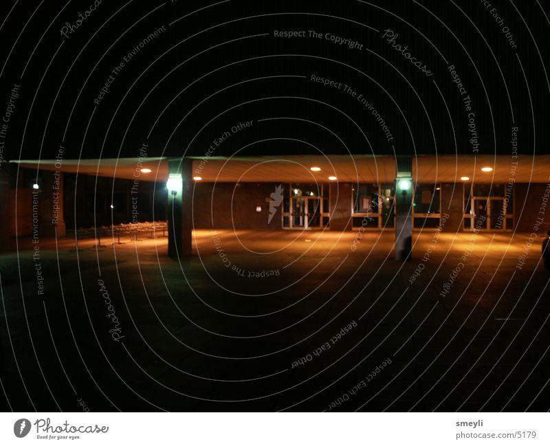 einsame momente Nacht Nachtaufnahme Licht Fenster Neubausiedlung Stadt Architektur orange Pfosten