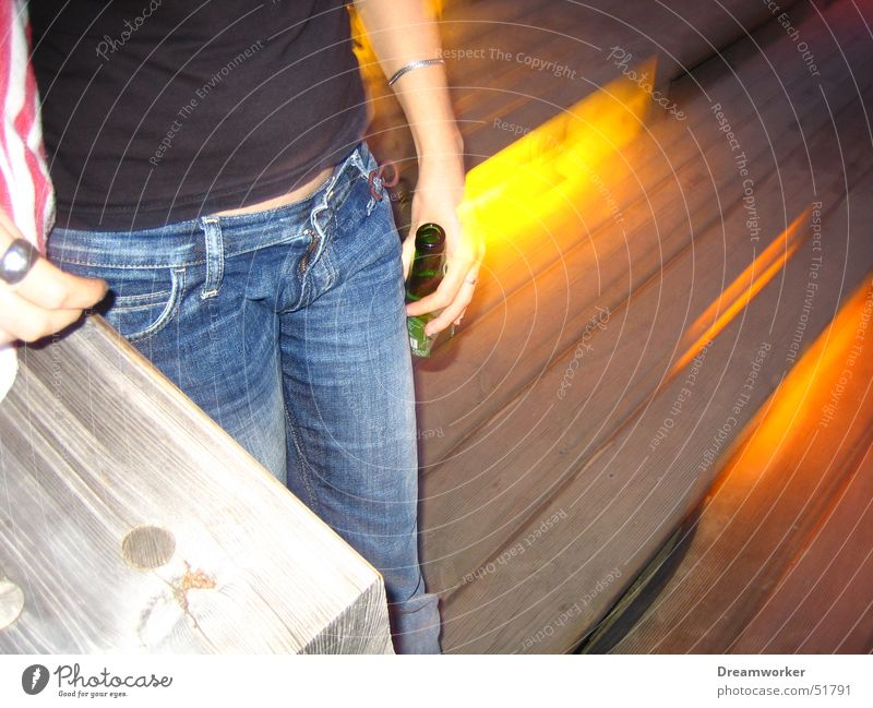 Bier bei Nacht Bar Sommer Frau Top Jeanshose Einsamkeit gelbes licht Treppe