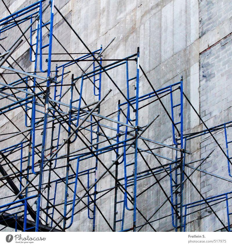 Konstruktiv Mauer Wand Baugerüst Stab Leiter Gerüst Beton Metall hoch trist blau Dimension Perspektive Linie kompliziert gerade Farbfoto Außenaufnahme