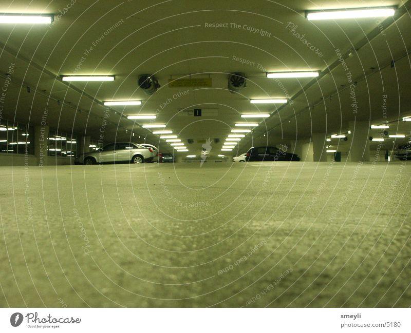 abgestellt Garage Tiefgarage Parkhaus Symmetrie Licht Grünstich parken Einsamkeit Neonlicht Nacht gefährlich modern Angst Panik Verkehr Stadt Lagerhalle PKW