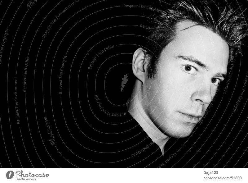 Me, myself and I Mann Kurzhaarschnitt verwegen Fragen hart Gelassenheit kalt selbstbewußt Einsamkeit eitel Porträt Vor dunklem Hintergrund Profil