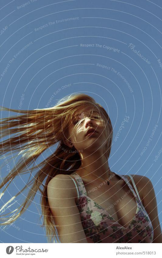 Seitenwind Kind Jugendliche blau schön Junge Frau feminin Haare & Frisuren Kopf blond Wind Kindheit frei warten ästhetisch beobachten dünn