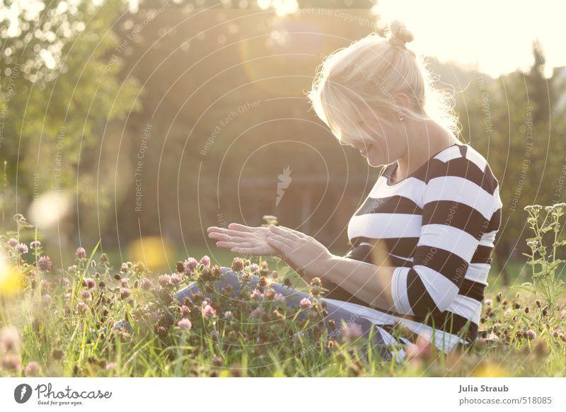 vorfreude feminin Frau Erwachsene 1 Mensch 18-30 Jahre Jugendliche Natur Sommer Schönes Wetter Wärme Baum Blume Gras Wiese T-Shirt schwarz weiß gestreift blond