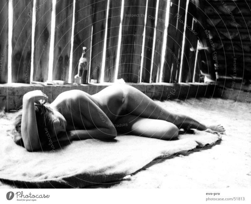 Sommerhitze macht müde Frau Akt nackt schlafen Dachboden Schwarzweißfoto