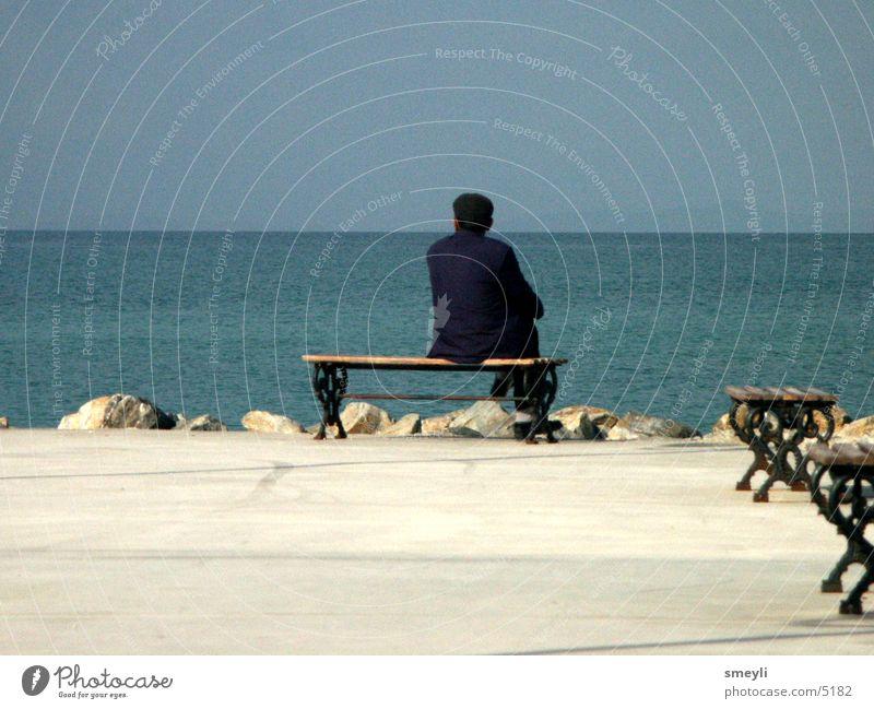 Fernweh Senior Meer Denken Einsamkeit Strand Ferien & Urlaub & Reisen Promenade Aussicht Mann Horizont Trauer Verzweiflung Männlicher Senior Bank Himmel