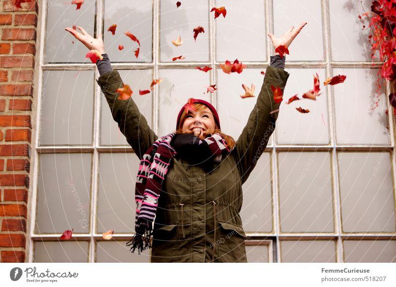 Roter Herbst (III). feminin Junge Frau Jugendliche Erwachsene 1 Mensch 13-18 Jahre Kind 18-30 Jahre Umwelt Natur Schönes Wetter Efeu Freude Herbstlaub Blatt