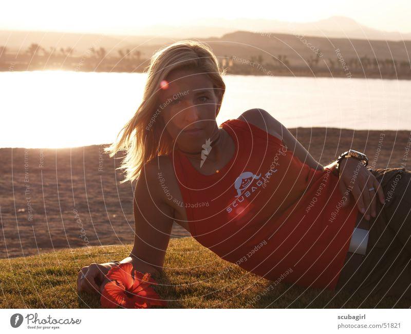 Sommer, Sonne, Strand und Meer Frau Wasser Blume rot Ferien & Urlaub & Reisen Wiese Gras Glück lachen träumen Haare & Frisuren Sand