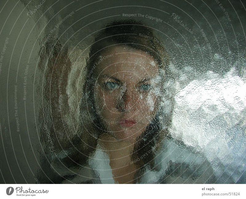 Die Milchglasfrau Frau Glastür Unschärfe Reflexion & Spiegelung rückwärts gestört verstecken Strukturen & Formen dazwischen