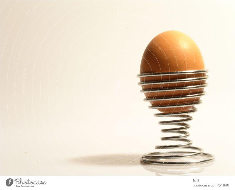 ein ei Eierbecher gekrümmt braun roh Ernährung Frühstück Metall chrome Schatten Lebensmittel Strukturen & Formen