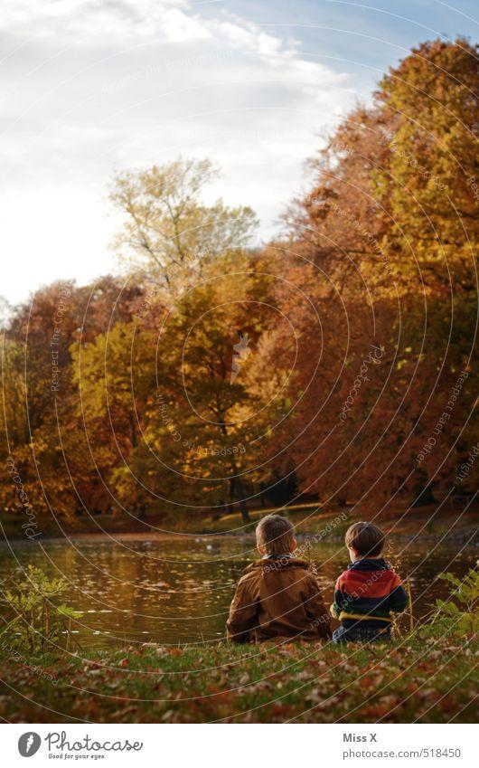 Zwei im Herbst Mensch Kind ruhig Gefühle See Stimmung Freundschaft Park Familie & Verwandtschaft Freizeit & Hobby Idylle Zufriedenheit sitzen Kindheit Ausflug