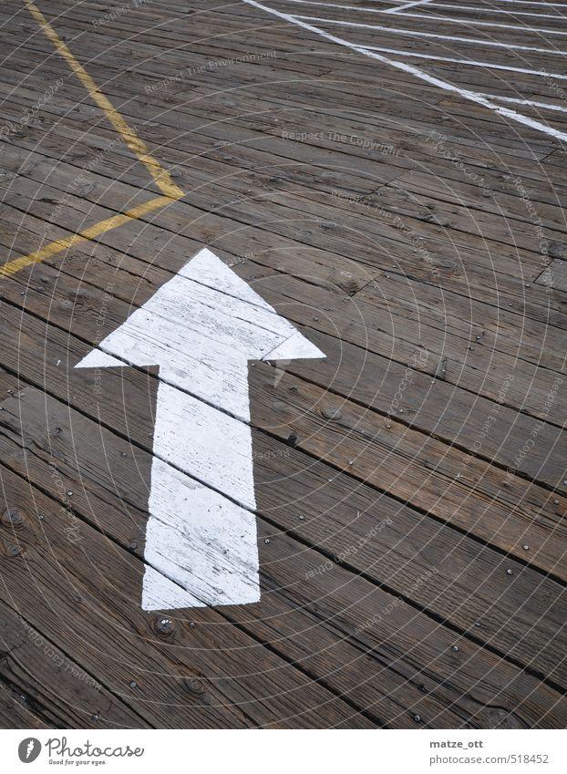 Auf dem Holzweg Bewegung Wege & Pfade Linie Schilder & Markierungen Zeichen Pfeil Verkehrswege Irritation Holzbrett Wegweiser Anweisung zielstrebig