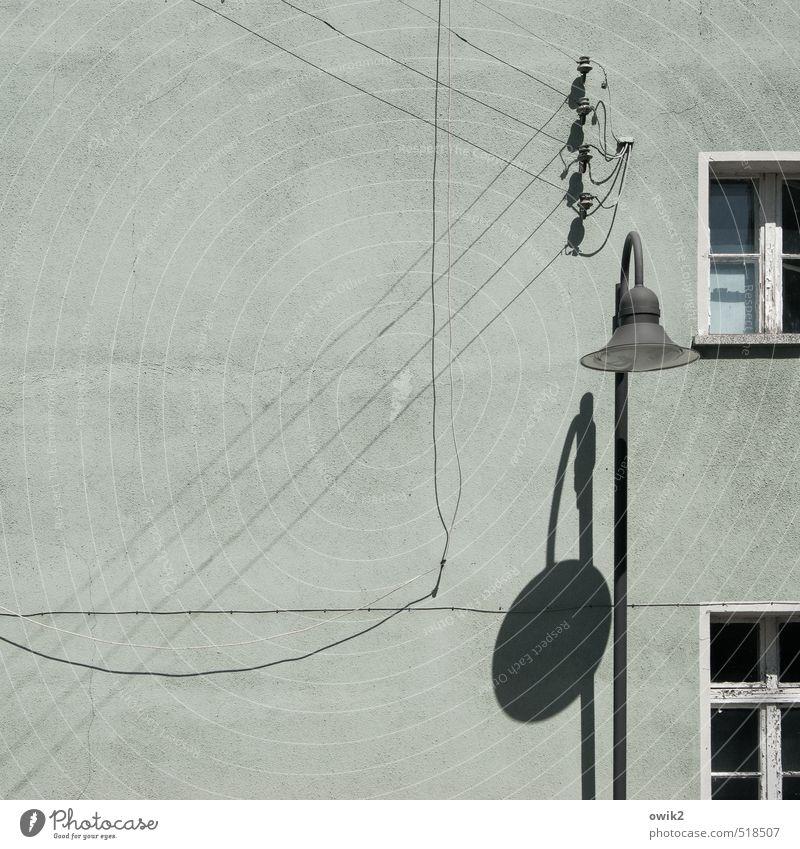 Grundversorgung alt Stadt Haus Fenster Wand Mauer hell Fassade Wohnung Häusliches Leben Energiewirtschaft einfach Kabel geheimnisvoll dünn verfallen