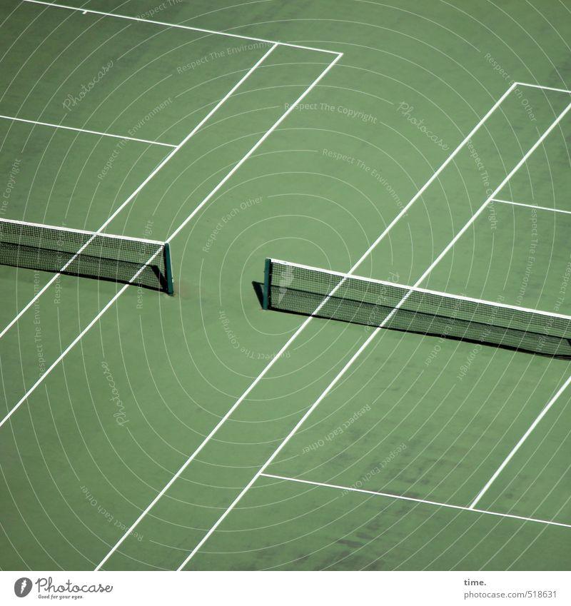 Rasen ist gefährlich | Tennisarm grün weiß Ferne Wiese Sport Linie Zufriedenheit Ordnung Perspektive Streifen Fitness Netz Zusammenhalt Partnerschaft