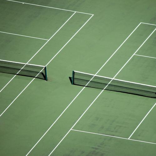 Rasen ist gefährlich   Tennisarm grün weiß Ferne Wiese Sport Linie Zufriedenheit Ordnung Perspektive Streifen Fitness Netz Zusammenhalt Partnerschaft