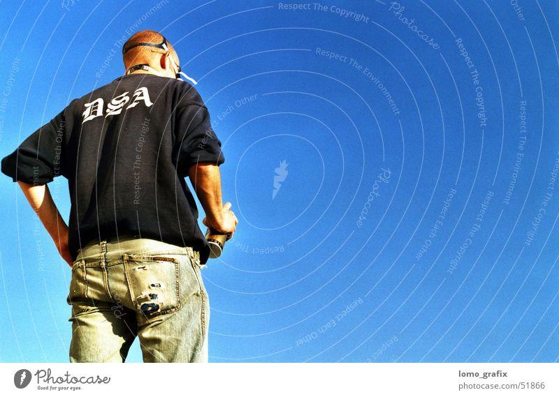 Wandkünstler02 Mann dunkel Graffiti Künstler Blauer Himmel Atemschutzmaske