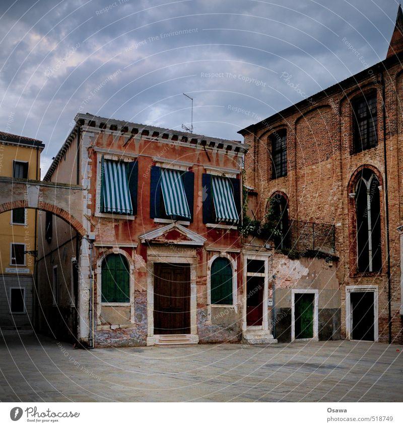 Venedig Stadt Platz Haus Gebäude Wohnhaus Italien Fenster Tür Stein Mauer Menschenleer Textfreiraum unten Textfreiraum oben Markise Himmel alt Altbau