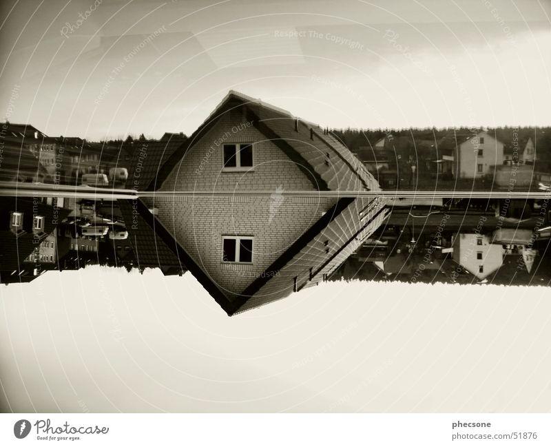 Reflection #1 Bielefeld Europa Stadt Dorf Haus Wohnsiedlung Wohngebiet Reflexion & Spiegelung Dach Fenster Wohnwagen Monochrom Deutschland Wohnmobil