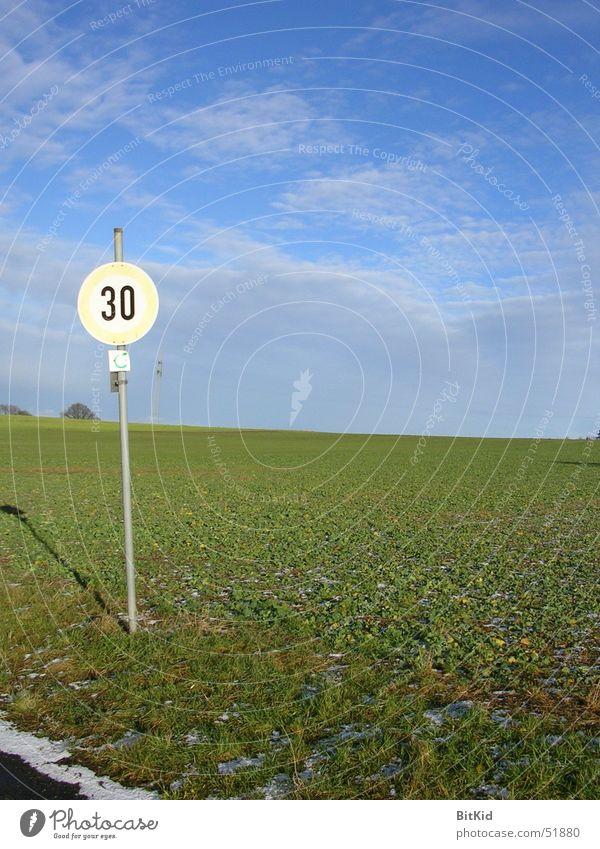 30 auf Gras Himmel Wolken Wege & Pfade Landschaft Feld Schilder & Markierungen Geschwindigkeit Amerika 30 Verkehrsschild Kilometer pro Stunde