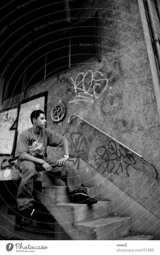 Timo . . . Mann weiß schwarz dunkel sitzen Treppe Geländer