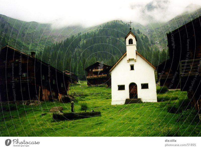 Der Ort der Reinheit rein Alm dunkel Nebel Berghütte Haus grün Wiese Berghang grauenvoll Hoffnung weiß braun schwarz Licht Ferien & Urlaub & Reisen Denken