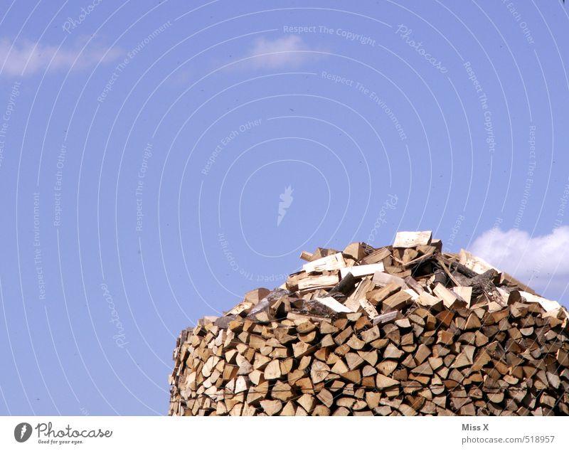 Holzhaufen Garten Himmel Wolken Schönes Wetter trocken Bauernhof Forstwirtschaft Brennholz Holzstapel Vorrat Brennstoff Stapel Haufen Holzfäller Farbfoto