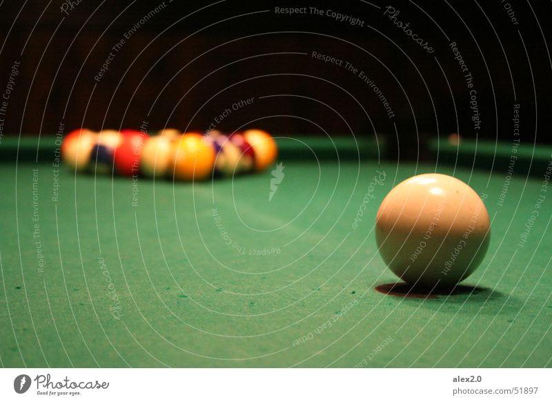 Einer gegen alle Billard weiß grün schwarz Poolbillard Schwimmbad Angst billardtisch Kugel Gesprächspartner Aufgabe Ball