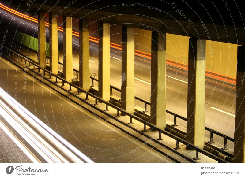 *woosh* Beton Tunnel Licht Autobahn Geschwindigkeit rot weiß Langzeitbelichtung Säule Zaun Architektur