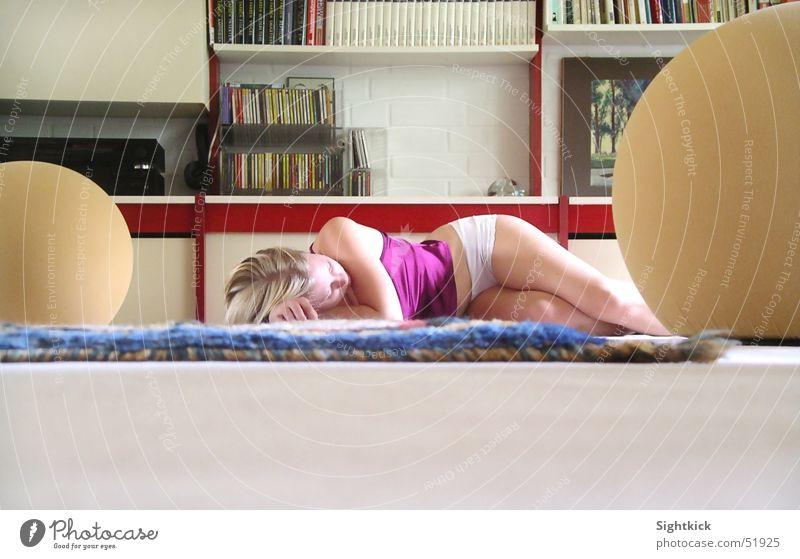 Mittagsschlaf Frau ruhig Leben Raum schlafen Häusliches Leben Teppich Bodenbelag