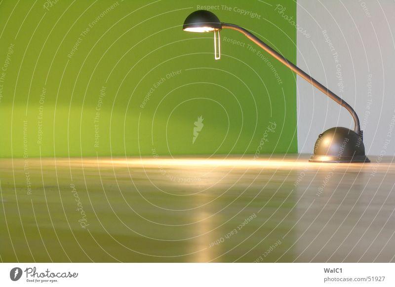 Grüne Mamba Lampe Licht Tischlampe grün Wand Parkett Holz Ahorn Kanada Mauer Schalter Wohnung Raum Reflexion & Spiegelung halogen eck Bodenbelag Metall