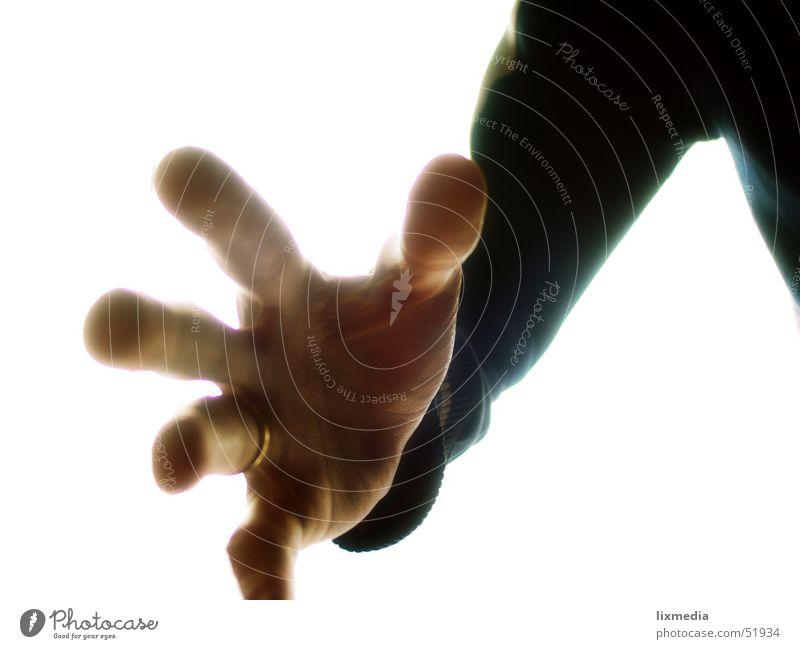 meins! Hand Finger Krallen Wunsch Griff greifen besitzen Besitz Diebstahl Kreis Farbfoto Studioaufnahme Hintergrund neutral Licht Gegenlicht