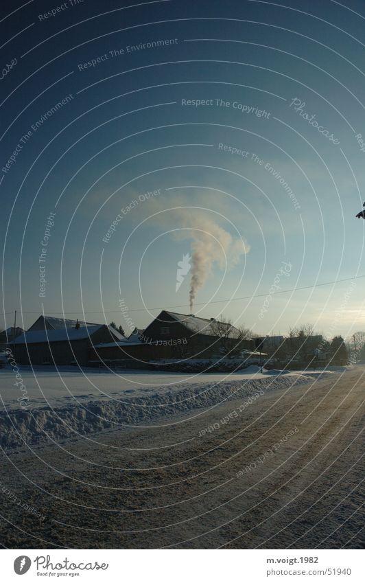 Heizen im Winter Himmel blau Haus Straße kalt Schnee Eis Energiewirtschaft Frost Bauernhof Dorf Idylle Rauch Schönes Wetter Schornstein