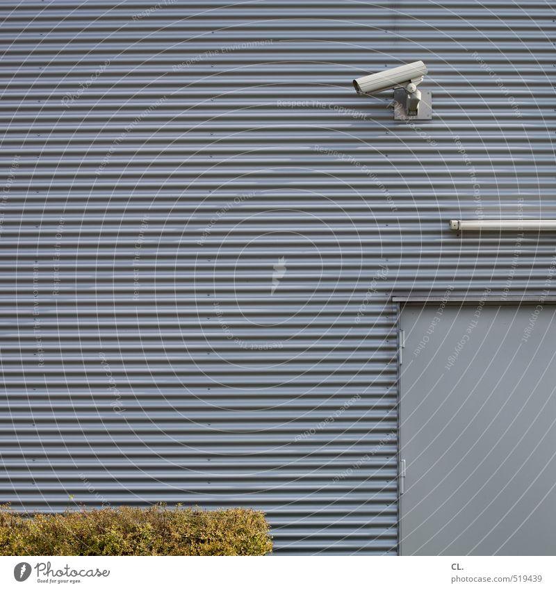 spähen Haus Wand Mauer Gebäude grau Angst Fassade Tür trist beobachten Sicherheit Schutz Zukunftsangst Wachsamkeit Videokamera Kriminalität