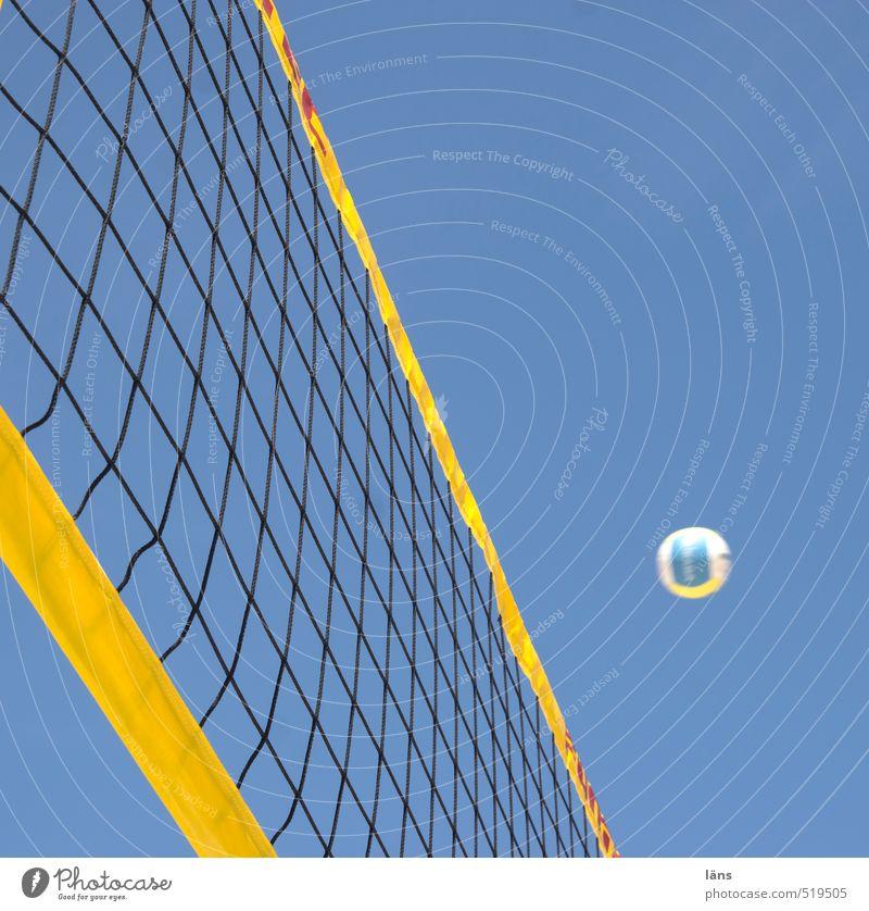 Sommer am Strand blau Himmel (Jenseits) Freude gelb Leben Sport Freizeit & Hobby Fitness sportlich Ball Netz Sport-Training werfen Erwartung kämpfen Volleyball