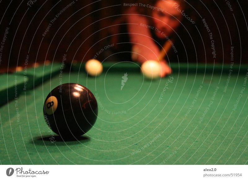 Im Angesicht des Sieges Billard schwarz weiß Spielen Queue grün 8 lockig Präzision Kugel Ball 08 Locken konezentriert Konzentration