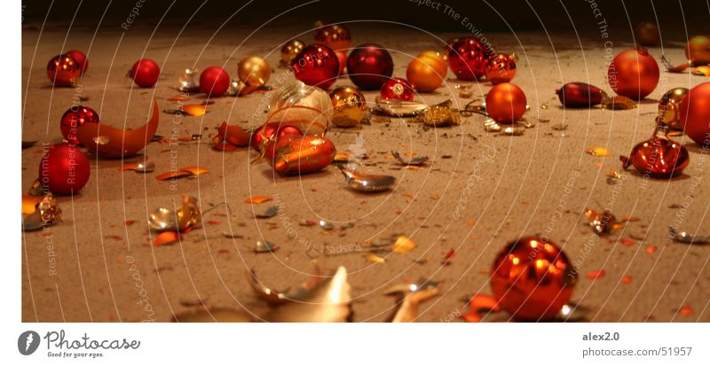 Schöne Bescherung Christbaumkugel Glaskugel kaputt Scherbe gebrochen Teppich mehrfarbig rot Kugel glakugeln umgekippt Weihnachten & Advent Bodenbelag Herz hezen