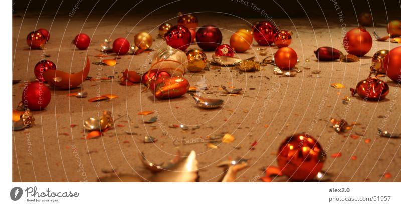 Schöne Bescherung Weihnachten & Advent rot orange Herz kaputt Bodenbelag Kugel gebrochen Christbaumkugel Teppich Scherbe Glaskugel