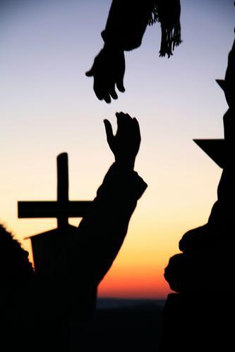 Hilf mir! Arme Hand Sonnenaufgang Sonnenuntergang Kreuz berühren Kommunizieren Zusammensein Vertrauen Sicherheit Einigkeit Freundschaft Hilfsbereitschaft