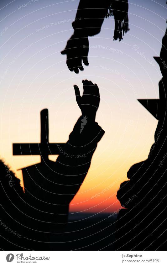 Hilf mir! Hand Religion & Glaube Freundschaft Zusammensein Arme Kommunizieren Hilfsbereitschaft Sicherheit Hoffnung berühren Glaube Zusammenhalt Vertrauen Kreuz Teamwork Fürsorge