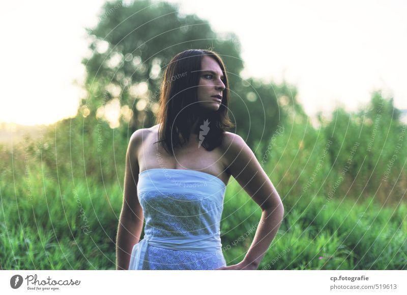Overdressed... feminin Junge Frau Jugendliche Erwachsene 1 Mensch 18-30 Jahre Sommer Schönes Wetter Pflanze Kleid brünett grün Farbfoto Außenaufnahme