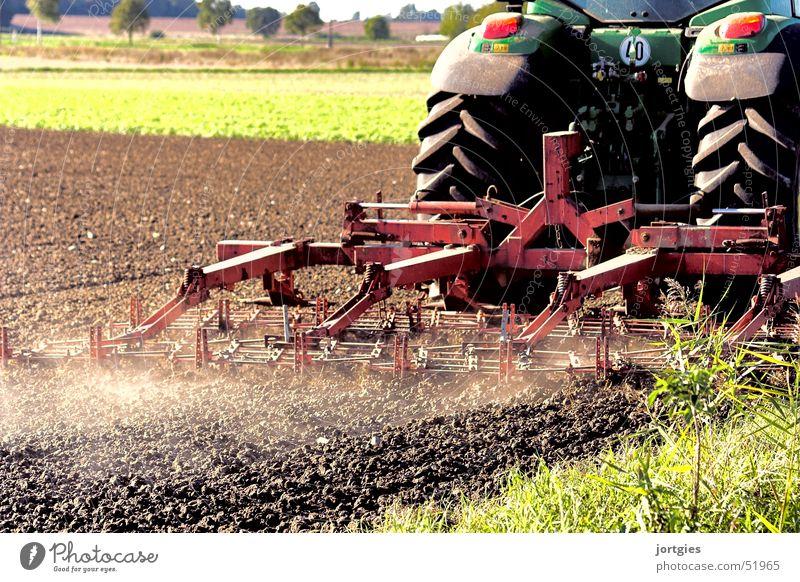 arbeitsam Feld Feldarbeit Landwirtschaft Staub Landwirtschaftliche Geräte Traktor pflügen