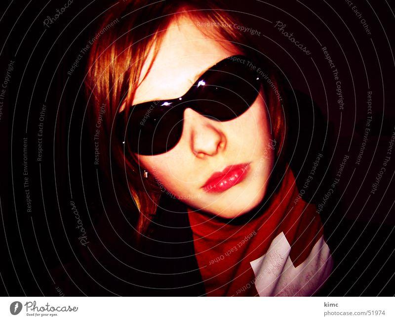 keep cool Frau Brille Sonnenbrille Schweiz T-Shirt feminin Stil Porträt Coolness Mund