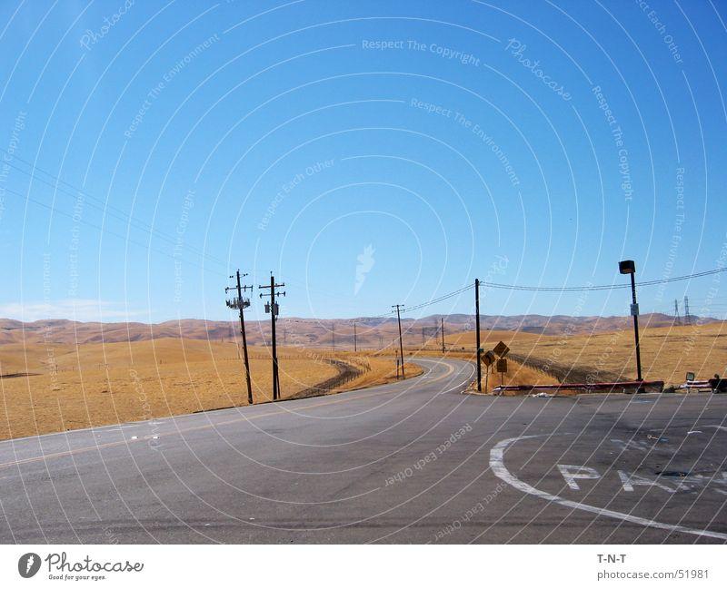 Off I5 Kalifornien Asphalt Route 66 Strommast Physik Sommer Hügel trocken Wüste Straße central valley Wärme dünn Autobahn