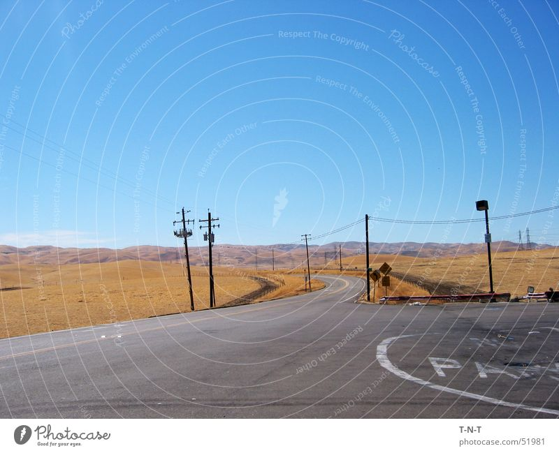 Off I5 Sommer Straße Wärme Wüste dünn Asphalt Physik Hügel Autobahn trocken Strommast Kalifornien Route 66