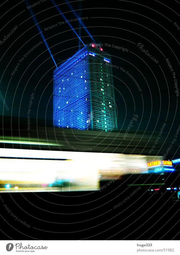 Achtung, eine Bahn! 3 blau dunkel Berlin Fenster Geschwindigkeit fahren Nachthimmel Werbung Gleise Rolle Straßenbahn Kunde Illumination Passagier Alexanderplatz Lichtstrahl
